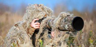 QUELLE EST LA MEILLEURE TENUE CAMOUFLAGE? LES MEILLEURES TENUES CAMOUFLAGE DU MARCHÉ La tenue camouflage est un équipement indispensable pour les personnes qui pratiquent des activités outdoor nécessitant la dissimulation. Dans cette catégorie d'activités, on peut citer la chasse, la photographie animalière, l'observation d'oiseaux. Cet équipement est également nécessaire pour faire des jeux de guerres en extérieur comme l'airsoft et le paintball. Il existe de nombreux modèles de tenues camouflage sur le marché. Le choix repose sur différents critères. Je suis un grand adepte des activités ludiques et sportives en plein air. J'ai eu l'occasion de tester et d'utiliser plusieurs types de tenue camouflage. Je vous présente ci-après ma sélection des meilleurs modèles et mes conseils pour bien choisir votre équipement. LE COMPARATIF https://amzn.to/3caVjQe La tenue de camouflage3D Zicac est idéale pour la chasse, l'observation d'oiseaux et la photographie animalière en pleine nature. La conception avec des motifs fausses feuilles en relief, aux couleurs sous-bois, permet un camouflage parfait. La tenue inclut une veste avec capuche, une fermeture éclair et des poignets en élastiques. Cette pièce est très facile à enfiler/ retirer. Elle permet, par ailleurs, une dissimulation complète de la partie supérieure du corps. Le pantalon est doté d'un tour de taille en élastique pour un ajustement idéal et un maintien parfait. Faite entièrement en tissu polyester à mailles, la tenue est particulièrement douce au toucher et très légère. La veste et le pantalon évacuent convenablement l'humidité lorsqu'il fait chaud et conserve la chaleur en hiver. Cette ghillie existe en 2 tailles différentes pour adulte: S pour les personnes qui mesurent entre 1,60 m et 1,80 m, L pour les personnes qui mesurent entre 1,80 m et 1,90 m. https://amzn.to/2PdMpII La tenue de camouflage poncho avec feuilles 3D Zicac est parfaite pour se fondre complètement dans un environnement sauvage. Cette cape ghil