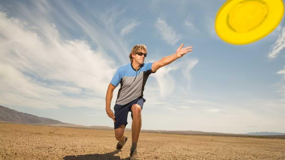 position geste lancer frisbee